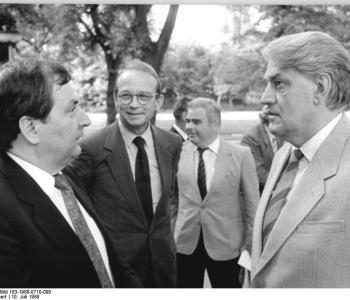 Photo: Umweltminister Hans Reichelt (DDR) und Klaus Töpfer (BRD) 1988 in Berlin, by Hubert Link, Bundesarchiv-Bild Bundesarchiv Bild 183-1988-0710-008, CC BY-SA 3.0 DE
